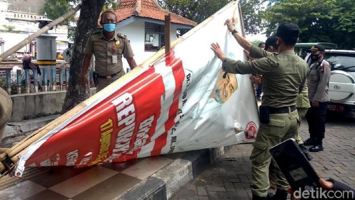 Baliho bergambar Habib Rizieq Syihab (HRS) di Kota Semarang, Jawa Tengah diturunkan petugas Satpol PP Kota Semarang.