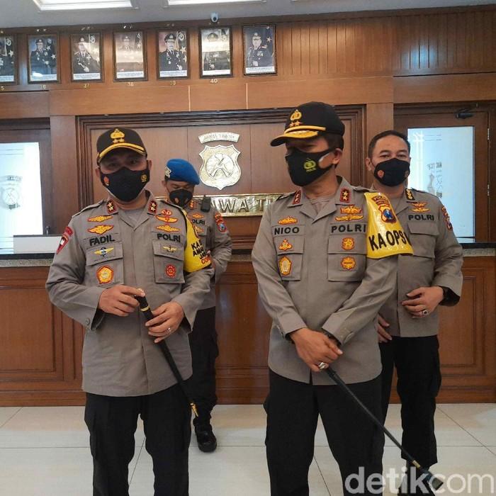 Irjen Pol Nico Afinta menerima tongkat kepemimpinan Polda Jatim. Tongkat itu diserahkan oleh Kapolda Metro Jaya yang merupakan mantan Kapolda Jatim, Irjen Pol Mohammad Fadil Imran.
