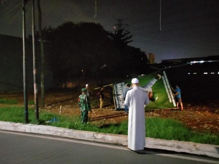 Kegiatan pencopotan baliho Habib Rizieq Syihab