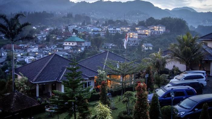 Suasana kawasan Puncak, Cisarua, Kabupaten Bogor, Jawa Barat, Sabtu (21/11/2020). Padatnya kawasan Puncak oleh Villa dan hotel mengurangi fungsi utama kawasan ini sebagai daerah resapan air. ANTARA FOTO/Yulius Satria Wijaya/hp.