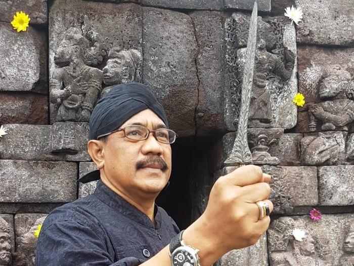 Keris Pari Sawuli yang dipegang Empu Totok Brojodiningrat, berbahan meteorit. (Dok Pribadi Empu Totok)