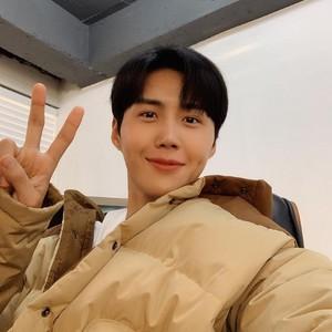Dijuluki Mr. Dimple, Aktor Start-Up Kim Seon Ho Sempat Minder Punya Lesung Pipi