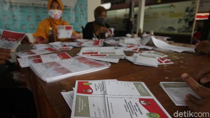 Proses pelipatan suarat suara Pilkada 2020 di KPUD Bantul, Yogyakarta dimulai. Sebanyak 80 pekerja diturunkan untuk menyelesaikan pelipatan.