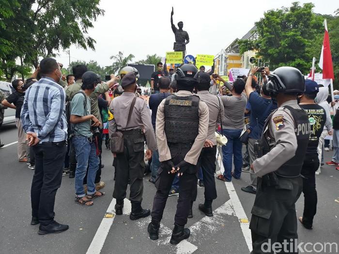Massa aksi tolak Habib Rizieq di Solo dibubarkan polisi, Sabtu (21/11/2020).
