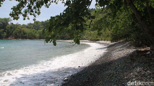 Pantai Teluk Ijo di Banyuwangi