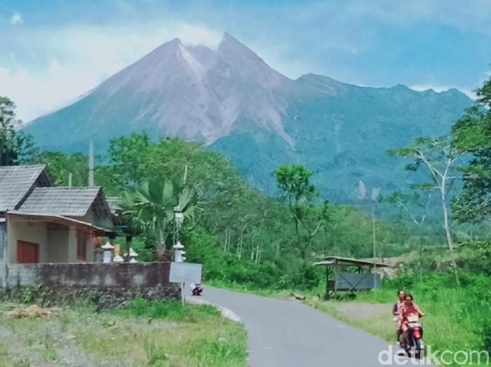 Pemandangan Gunung Merapi dari Desa Balerante Kecamatan Kemalang, Klaten, November 2020.