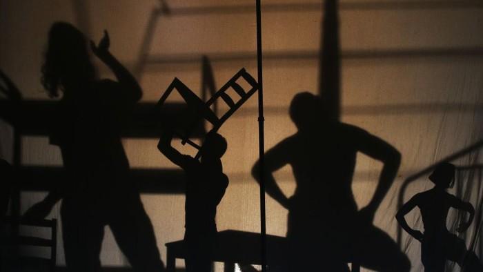 Setelah pembatasan akibat COVID-19, para penari akan kembali tampil di atas panggung. Sebelum itu, para penari ini pun melakukan latihan rutin.