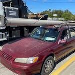 Aneh tapi Nyata, Pria Ini Colong Tiang Lampu Merah Lalu Diikat di Atas Mobil