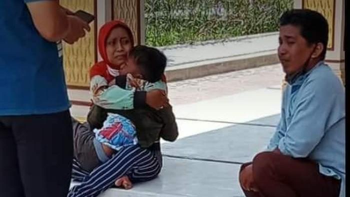 Satu keluarga di Malang yang terekam CCTV mencuri kotak amal kini sudah tertangkap. Mereka tengah diperiksa polisi.