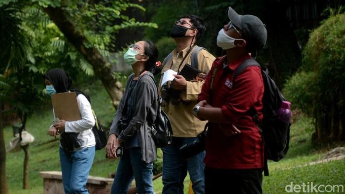 Sejumlah pengamat yang tergabung dalam komunitas Ayo Ke Taman melakukan pengamatan keragaman hayati dalam rangka mendata berbagai jenis satwa yang ada di ruang terbuka hijau (RTH) Jakarta di masa pandemi, salah satunya di Taman Langsat, Kebayoran Baru, Jakarta Selatan, Sabtu (21/11). Komunitas yang terdiri dari perwakilan mahasiswa berbagai kampus telah mendata sebanyak 13 jenis burung, 2 jenis capung dan 5 jenis kupu-kupu