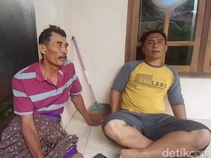 Penemuan duit puluhan juta berserakan di saluran irigasi Batang. Nurkhamid dan Kepala Desa Plumbon Agus Tarjito, Batang, Sabtu (21/11/2020).