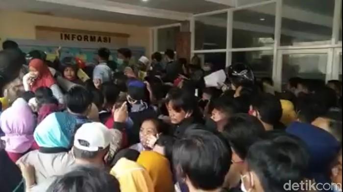 Ratusan pengurus e-KTP terlibat kericuhan saat berebut nomor antrean di kantor Dispendukcapil Kabupaten Mojokerto. Membludaknya pengurus KTP elektronik kali ini karena surat pemberitahuan dari KPU terkait Pilbup 2020.
