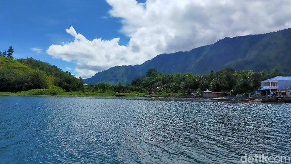 Udaranya sejuk walaupun matahari bersinar begitu cerah. Hijaunya bukit dan birunya air danau menjadi pemandangan yang begitu mempesona.