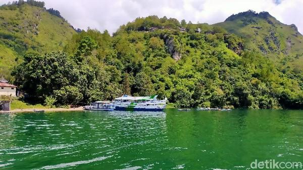 Menuju kawasan Toba Samosir belum lengkap jika tak menaiki kapal motor. Keindahan hamparan danau toba terlihat begitu jelas.