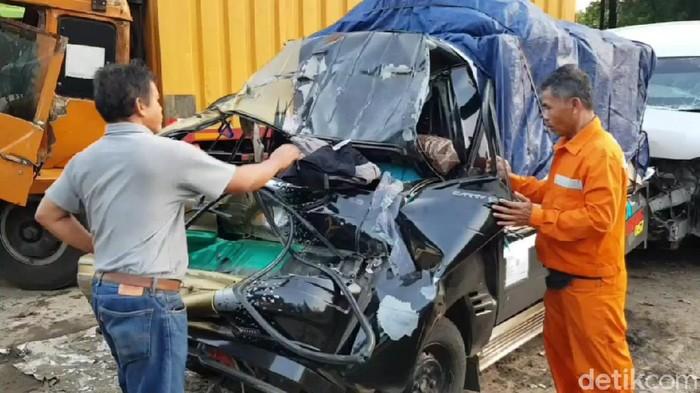 Pikap Seruduk Mobil di Tol Cipularang