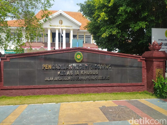 Keluarga salah seorang pegawai honorer di Pengadilan Negeri (PN) Sidoarjo meninggal dengan status positif COVID-19. PN tersebut akan tutup tiga hari.