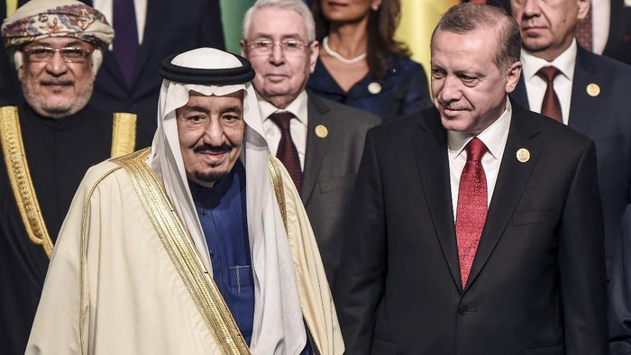 Turkish President Recep Tayyip Erdogan (R) poses with King Salman bin Abdulaziz Al Saud of Saudi Arabia (L) during the family photo of the 13th Organization of Islamic Cooperation (OIC) Summit at Istanbul Congress Center (ICC) on April 14, 2016. - Turkish President Recep Tayyip Erdogan on Thursday hosts over 30 heads of state and government from Islamic countries in Istanbul for a major summit aimed at overcoming differences in the Muslim world. Turkey seeks to showcase its influence in the Muslim world, particularly in lands once controlled by the Ottoman Empire, at the two-day summit of the Organisation of Islamic Cooperation (OIC). (Photo by OZAN KOSE / AFP)