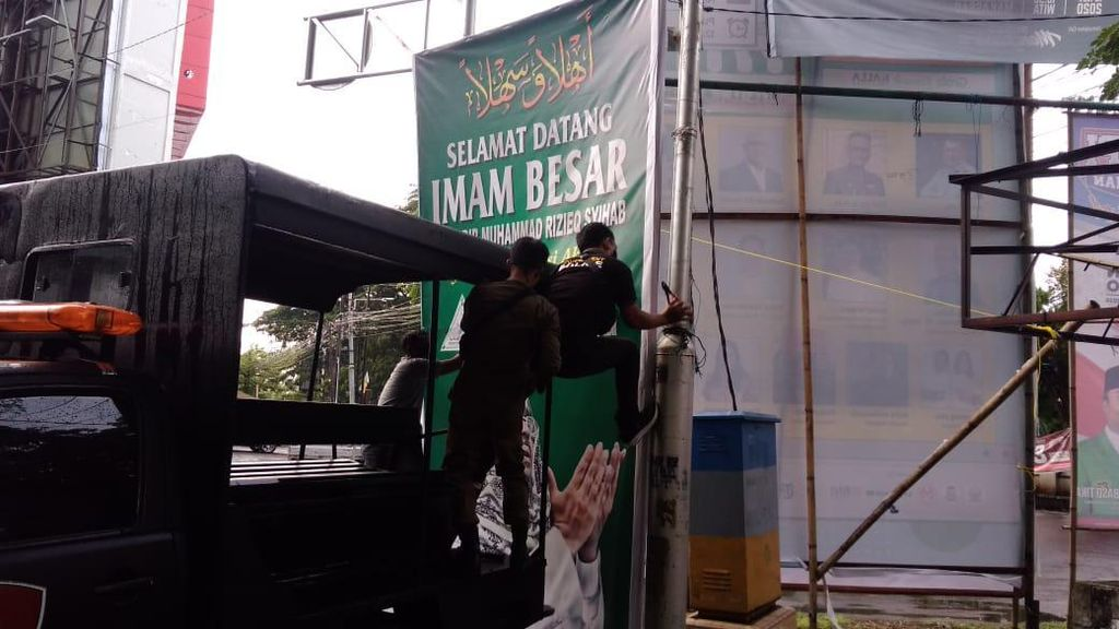 Tak Perlu Ribut, Satpol PP Makassar-FPI Kompak Turunkan Baliho Habib Rizieq