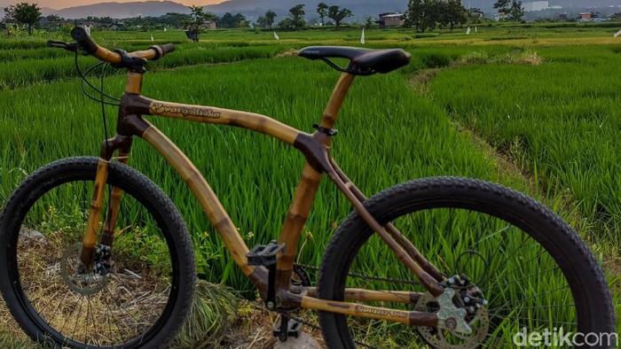 Biasanya rangka sepeda dibuat dari bahan logam. Namun warga Lamongan ini mengkreasikan sepeda dengan bahan bambu.