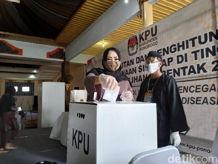 Sebanyak 50 kabupaten/kota di Indonesia menggelar simulasi pencoblosan untuk Pilkada 2020. Salah satunya Kabupaten Ponorogo.