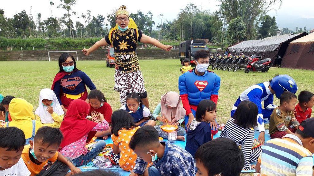 Aksi Superhero Hibur Anak-anak di Pengungsian Merapi