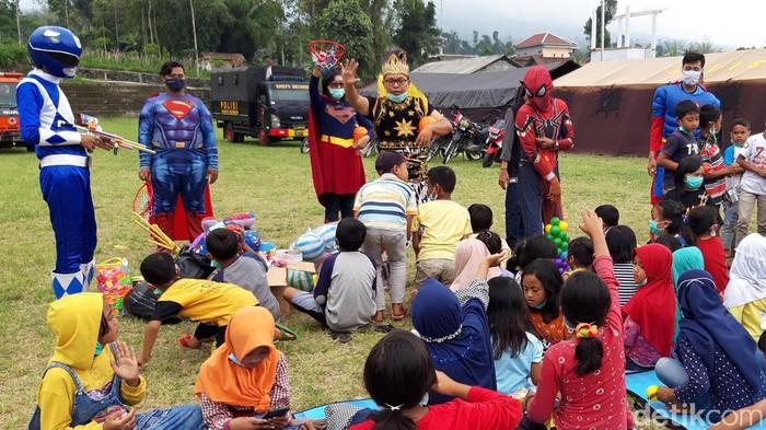 Sejumlah anak-anak di Tempat Penampungan Pengungsi Sementara (TPPS) Desa Klakah, Boyolali  kedatangan tim dari komunitas mendongeng superhero.