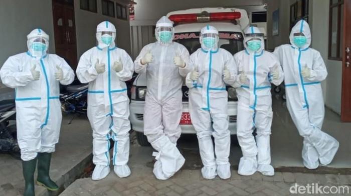 RSUD Blambangan Banyuwangi merupakan salah satu rumah sakit rujukan pasien COVID-19, yang memiliki tim pemulasaraan jenazah. Tugas mereka tidak kalah berisiko dari tugas tenaga kesehatan (nakes)