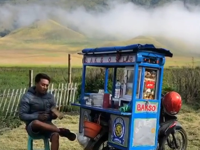 Tukang Bakso Mangkal di Bromo, Netizen : Berasa Makan di Surga