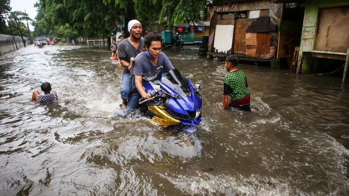 Kawasan Manis, Jatiuwung, Kota Tangerang, terendam banjir. Hujan deras serta sistem drainase yang buruk menyebabkan banjir di kawasan tersebut.