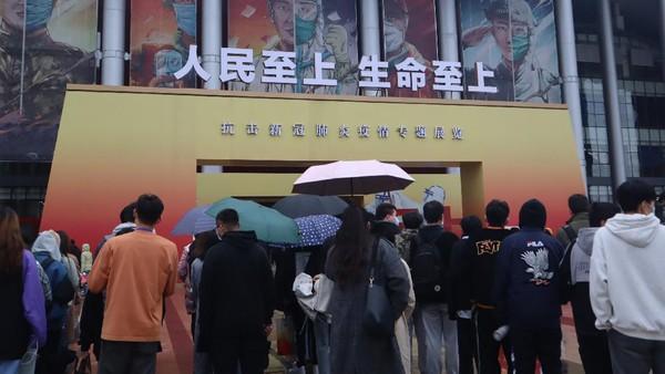 Warga bahkan harus mengantre untuk dapat masuk ke Museum Anti COVID-19 tersebut.