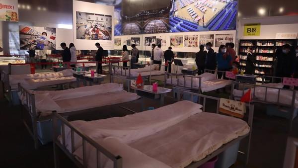 Beberapa ranjang yang digunakan untuk menangani pasien pada masa-masa awal COVID-19 mewabah di Wuhan menjadi salah satu koleksi di Museum Anti-COVID-19 di Wuhan, Provinsi Hubei, China, Sabtu (21/11/2020).