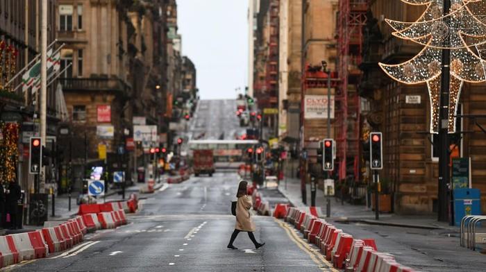 Kasus harian COVID-19 yang terus melonjak tinggi membuat Skotlandia harus memberlakukan lockdown ketat. Tampak jalanan sepi pada hari pertama penerapannya.