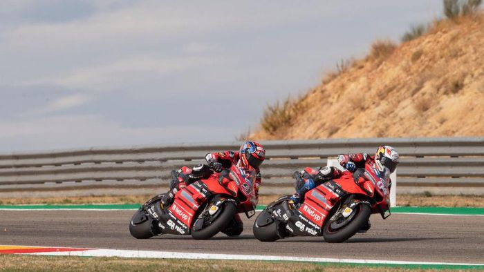 ALCANIZ, SPAIN - OCTOBER 25: Andrea Dovizioso of Italy and Ducati Team leads  Danilo Petrucci of Italy and Ducati Team during the MotoGP race during the MotoGP of Teruel at Motorland Aragon Circuit on October 25, 2020 in Alcaniz, Spain. (Photo by Mirco Lazzari gp/Getty Images)