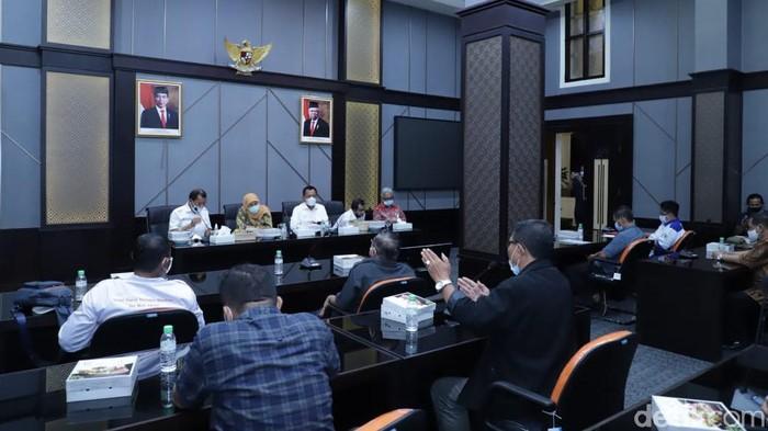 gubernur khofifah saat beraudiensi dengan perwakilan buruh