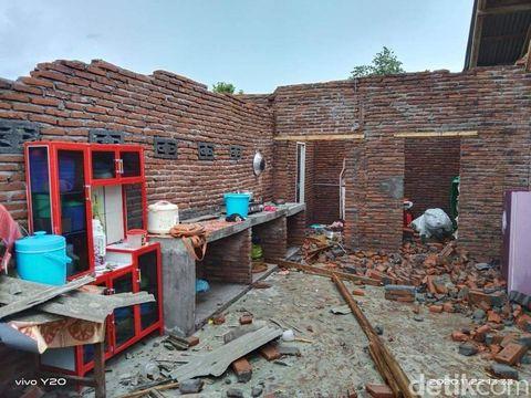 Hujan disertai angin kencang rusak rumah warga di Dompu, NTB (Faruk/detikcom)
