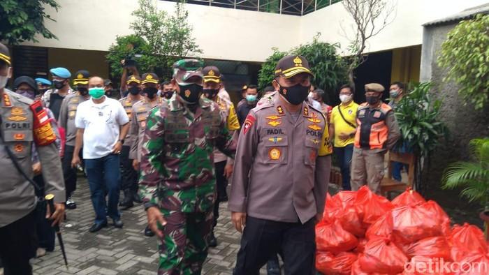 Kapolda Metro Jaya Irjen Fadil Imran dan Kasdam Jaya Brigjen TNI Muhammad Saleh Mustafa mengecek acara rapid test gratis di Petamburan, Jakarta Pusat. Lokasi tes Corona itu berada di SDN Petamburan 01.