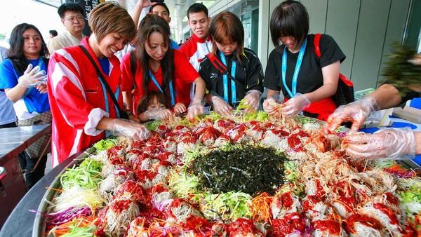 Soal kuliner, traveler harus coba membuat Makguksu, makanan khas Korea yang begitu menggugah selera. Nyamm!