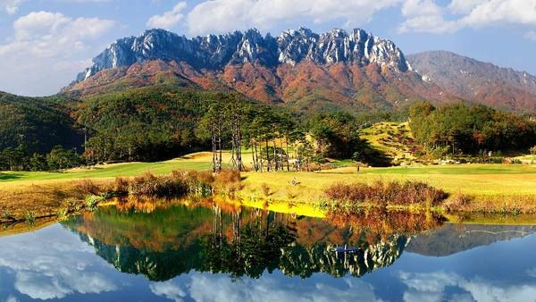 Kalau ini, keindahan Sokcho Ulsanbawi Rock yang begitu mempesona. Bagus banget buat jadi foto Instagrammu!