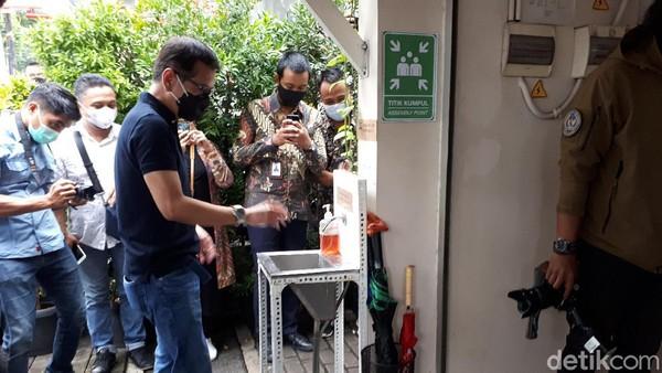 Sebelum masuk ke Toko Kopi Tuku, Wishnutama dipersilakan mencuci tangan di bak yang telah disediakan. Toko Kopi Tuku sendiri sudah lolos penilaian dan mendapatkan sertifikat CHSE (Clean, Health, Safety & Environment) dari Kemenparekraf.