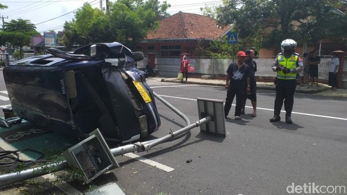 Mobil angkutan umum di Ciamis alami kecelakaan tunggal.