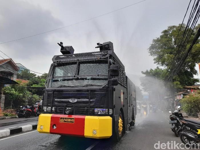 Mobil water cannon semprot Jalan KS Tubun (Tiara Aliya/detikcom)