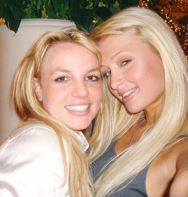 Paris Hilton klaim jadi penemu selfie 14 tahun lalu.