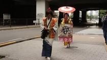 Pekerjaan Unik di Jepang: Dandan ala Geisha Jadi Reklame Berjalan
