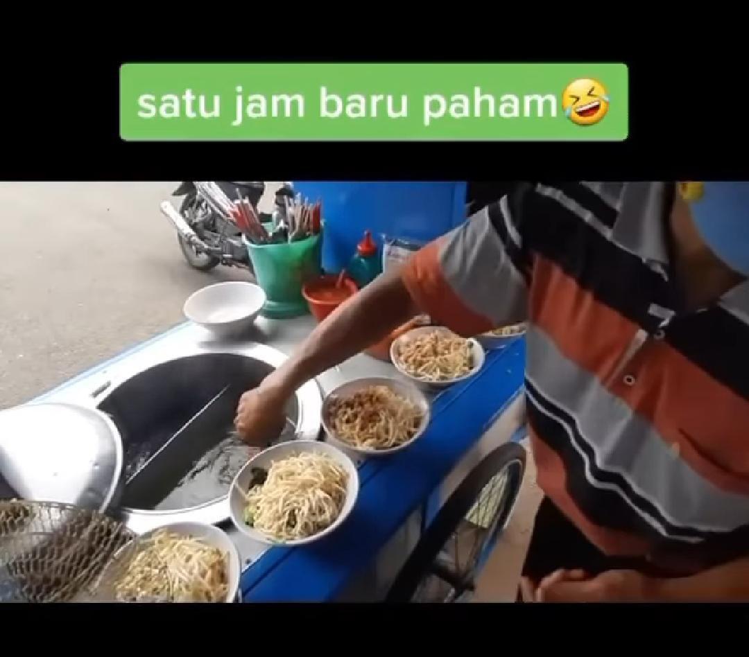 Penjual Mie Ayam Ini 'Cuci' Alat Makan di Kuah Kaldu