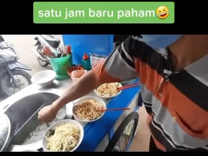 Penjual Mie Ayam Ini Cuci Alat Makan di Kuah Kaldu