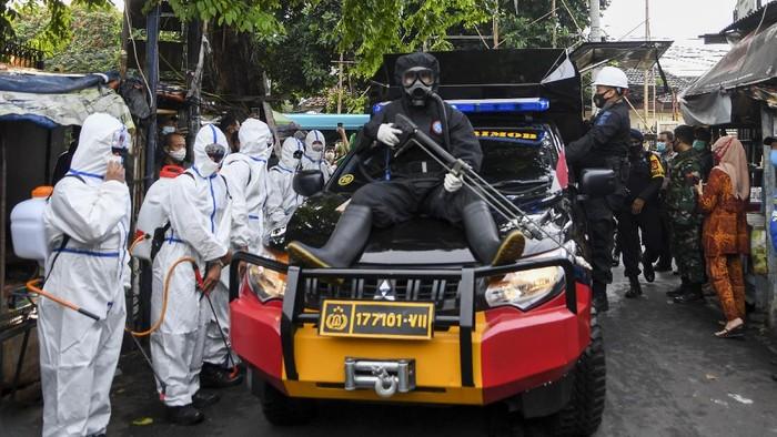 kawasan Petamburan, Jakarta, disemprot disinfektan. Hal itu dilakukan usai adanya temuan kasus terkonfirmasi positif COVID-19 di kawasan tersebut.