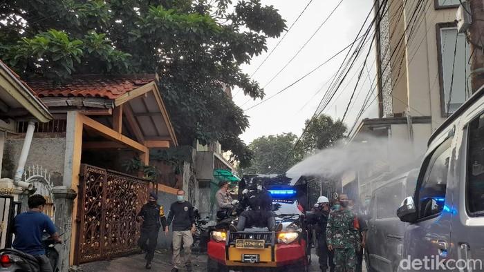 Polisi semprot disinfektan kawasan Petamburan (Dok detikcom)