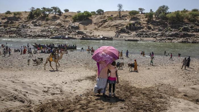 Ribuan orang tinggalkan Tigray, Ethiopia menuju Sudan guna cari perlindungan. Hal itu terjadi akibat panasnya konflik antara pemerintah Ethiopia-pasukan Tigray.