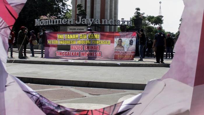 Sejumlah warga di sejumlah daerah Indonesia gelar aksi unjuk rasa menolak kehadiran Habib Rizieq di kota mereka. Aksi itu digelar di Serang hingga Sidoarjo.