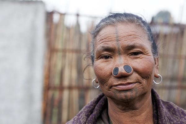 Namun karena hidungnya disumbat mereka jadi sulit untuk bernapas. Kini wanita di sana jarang yang melakukan sumbat hidung. Generasi mudanya tak mau melanjutkan tradisi ini. Katanya mereka akan terlihat aneh jika mencari kerja di kota.